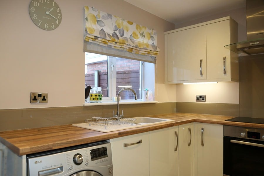 kitchen glass splashback finished in cappuccino
