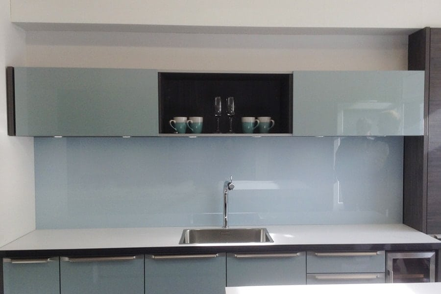 Glass splashback coloured in cloud with medium sparkle