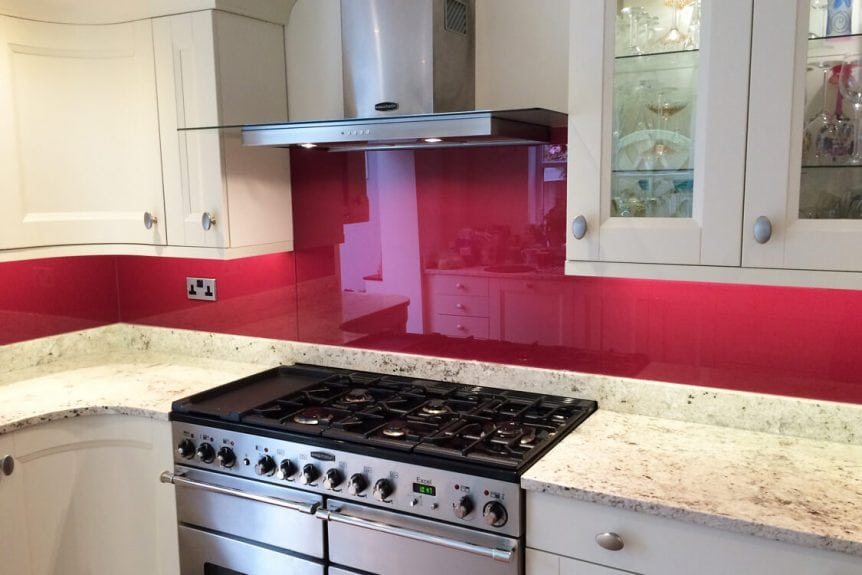 kitchen-fitted-with-a-painted-glass-splashback