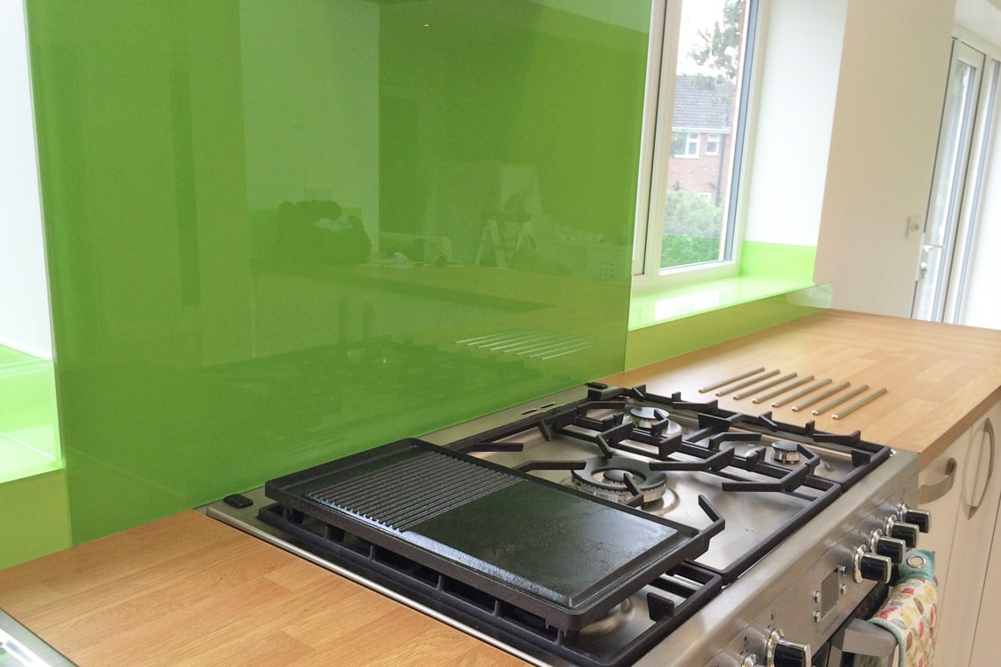 kiwi-burst-glass-splashback-behind-gas-hob