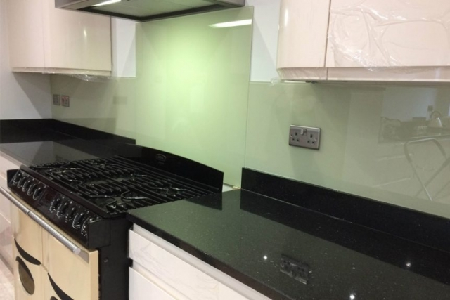kitchen-glass-splashback-coloured-in-farrow-and-ball-green-ground