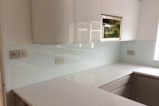 kitchen-glass-splashback-under-white-cupboards