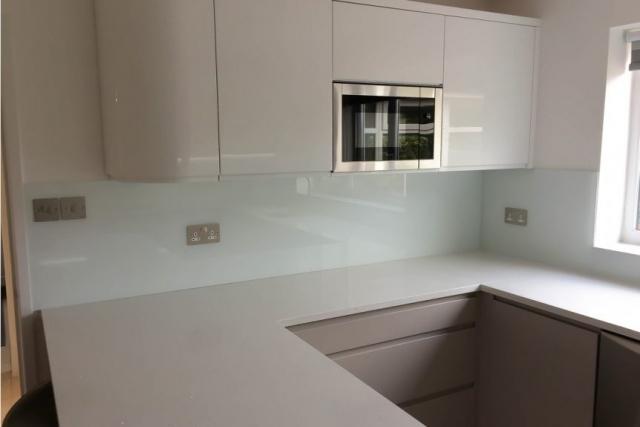modern-glass-splashback-in-ultra-modern-kitchen