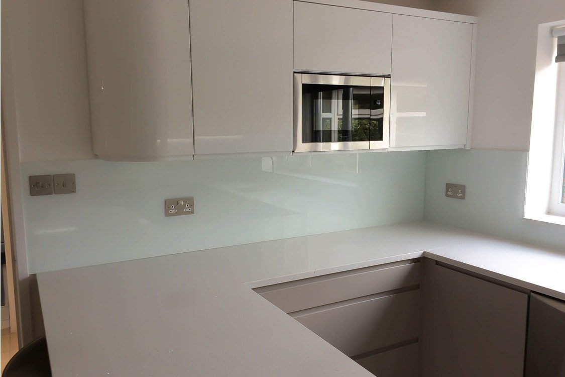 modern-glass-splashback-in-ultra-modern-kitchen