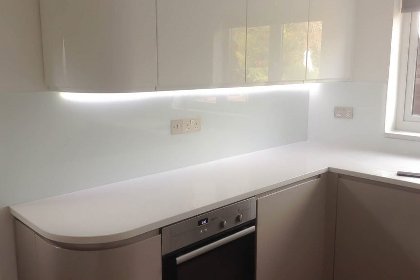 stunning-kitchen-glass-splashback-coloured-in-arctic-white