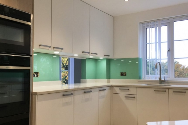 glass splashback coloured in pure mint