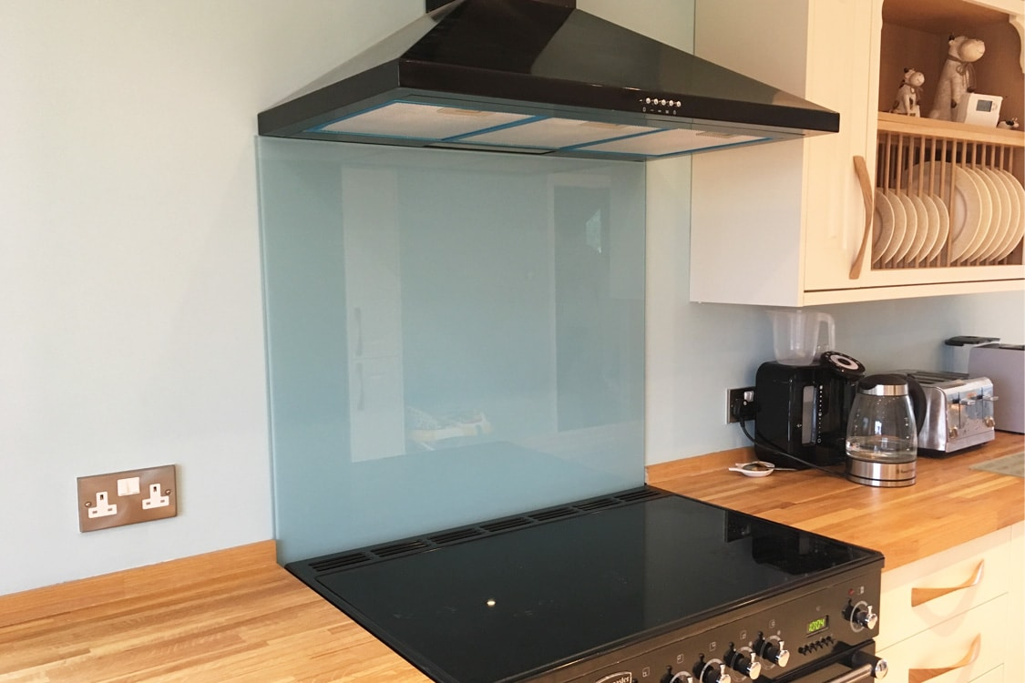 kitchen glass splashback coloured in farrow and ball blue ground