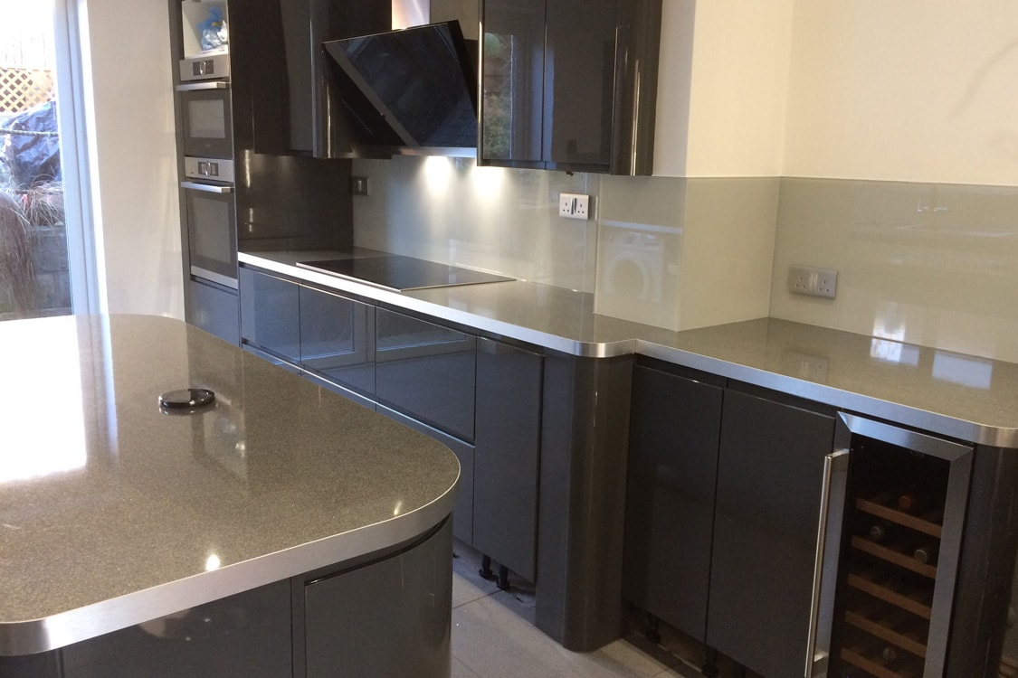 modern kitchen fitted with a glass splashback in pavilion gray