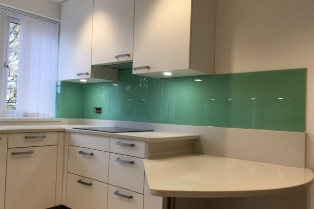 top hat glass splashback coloured in pure mint