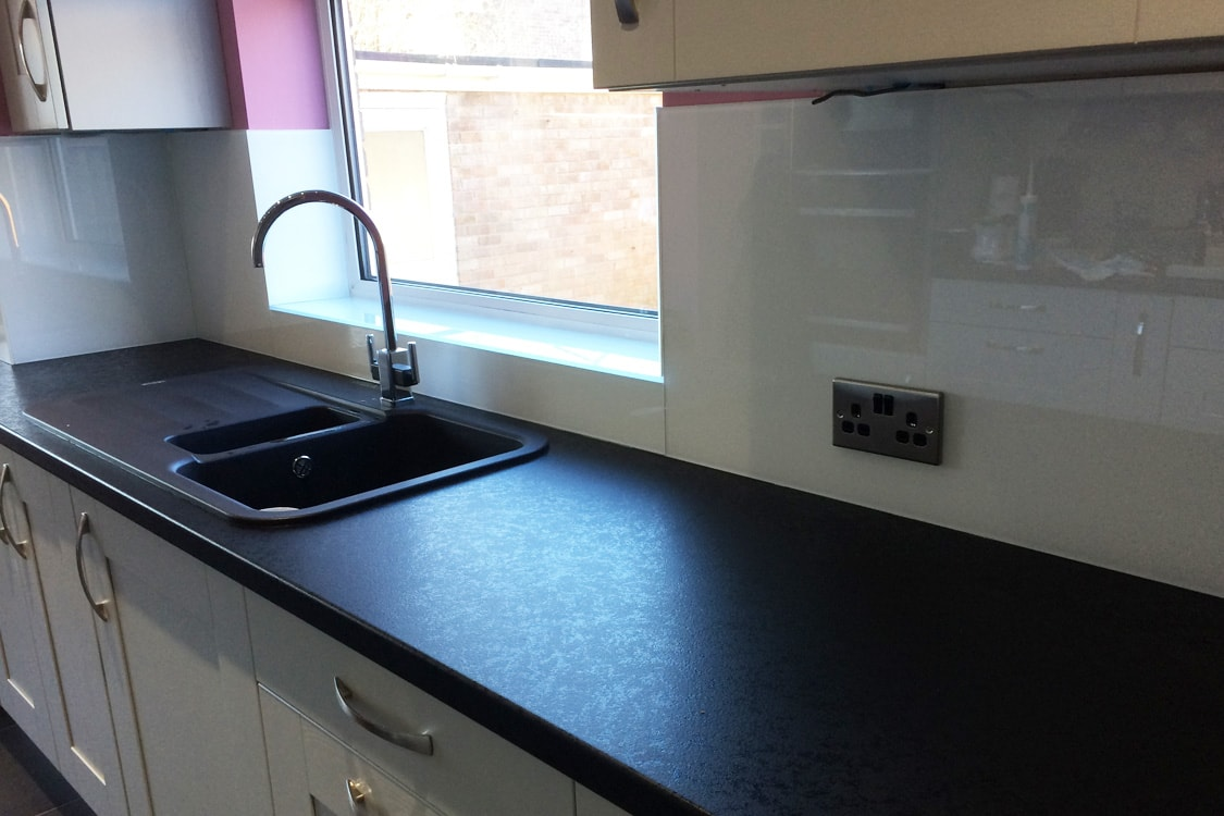 Arctic White Glass Splashback & Window Sills - Glass Splashbacks Pro ...