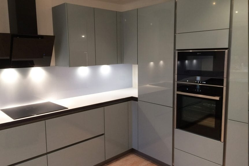 Glass Splashback Fitted Under Extractor Coloured in Cloud with Sparkle