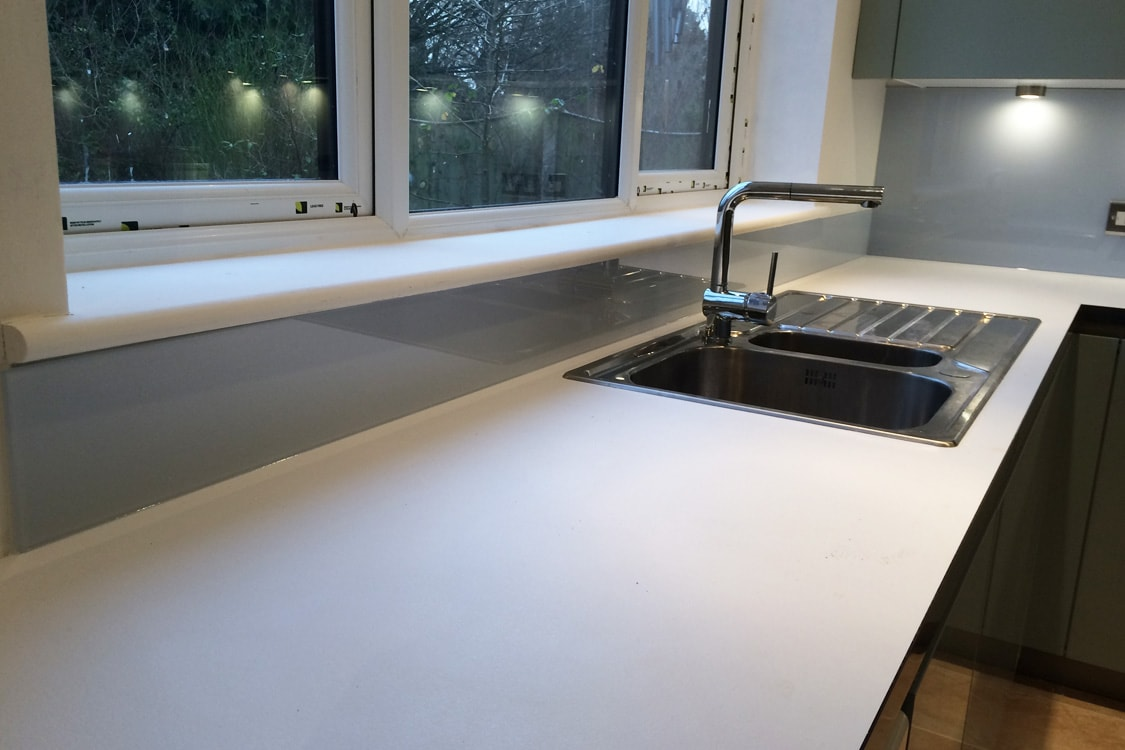 Glass upstand behind kitchen sink coloured in cloud for Coloured sinks kitchens