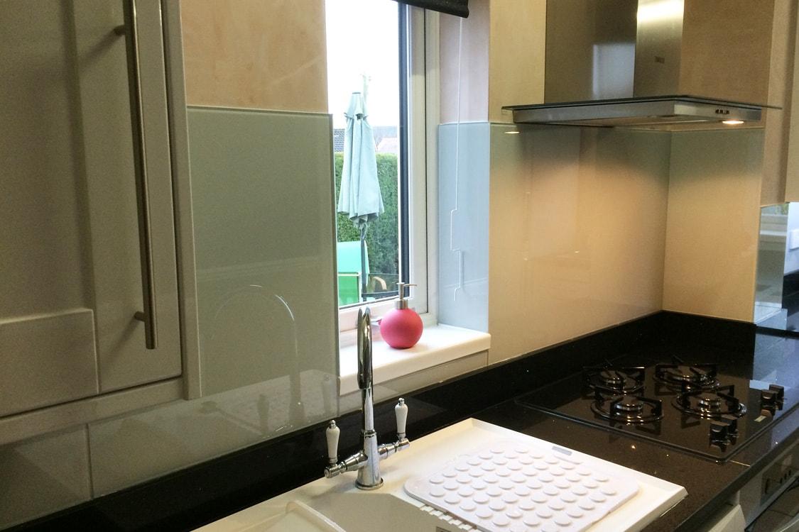 Kitchen Glass Splashack Behind Sink and Hob