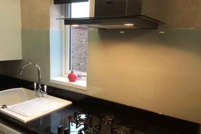 Modern Kitchen Fitted with Glass Splashback in Pav Gray