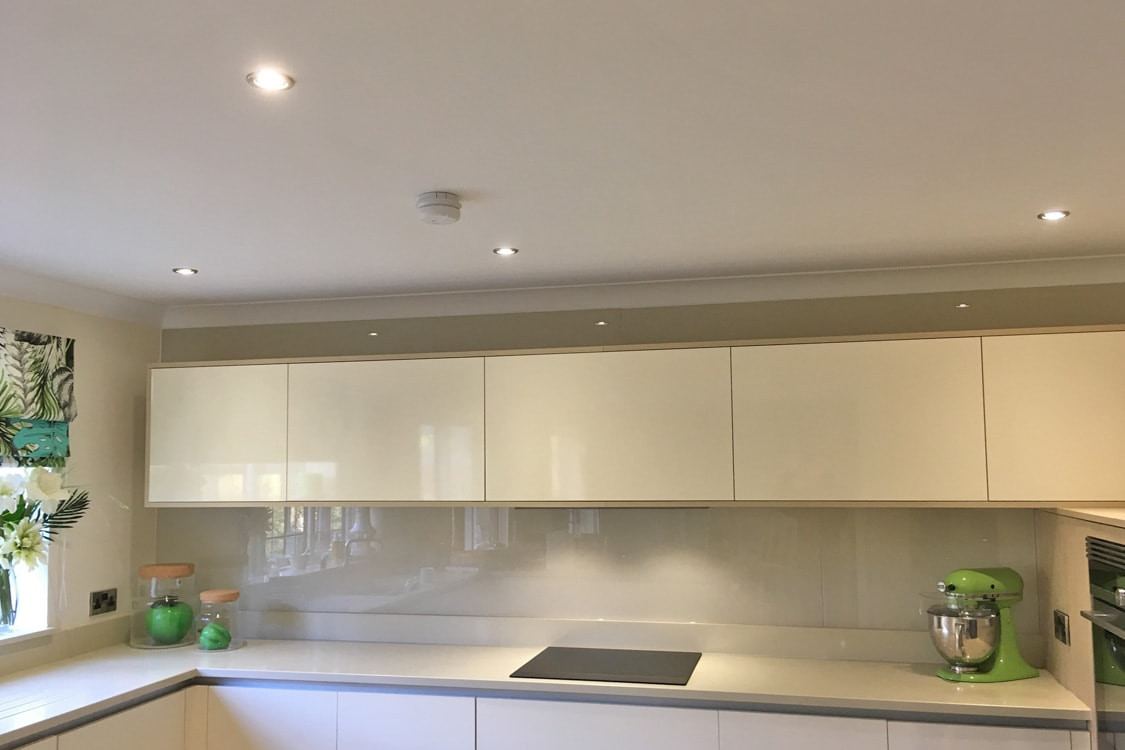 Kitchen Glass Splashback Finished in Farrow and Ball Joas White