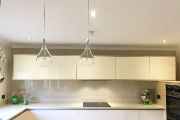 Modern Kitchen Fitted with Glass Splashback in Joas White
