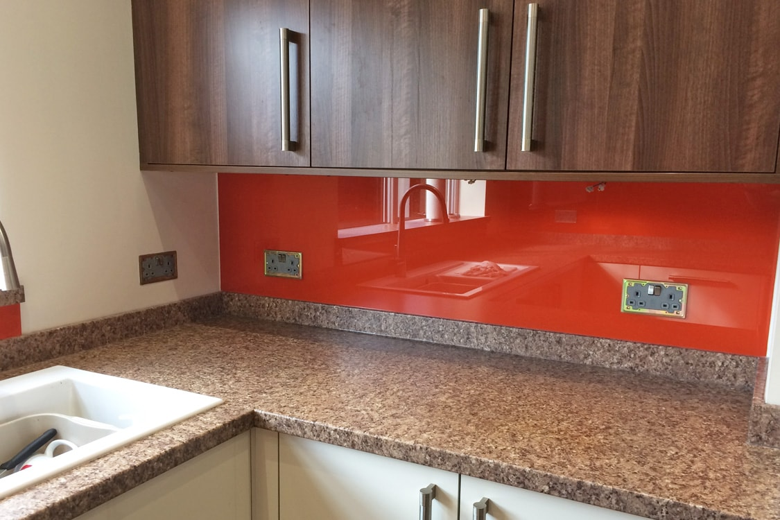 Glass Splashback Sat ontop of Worktop under Kitchen Cupboards