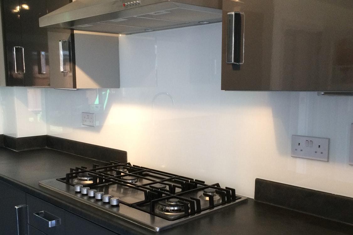 Glass Splashback Behind Kitchen Hob in Arctic White-min