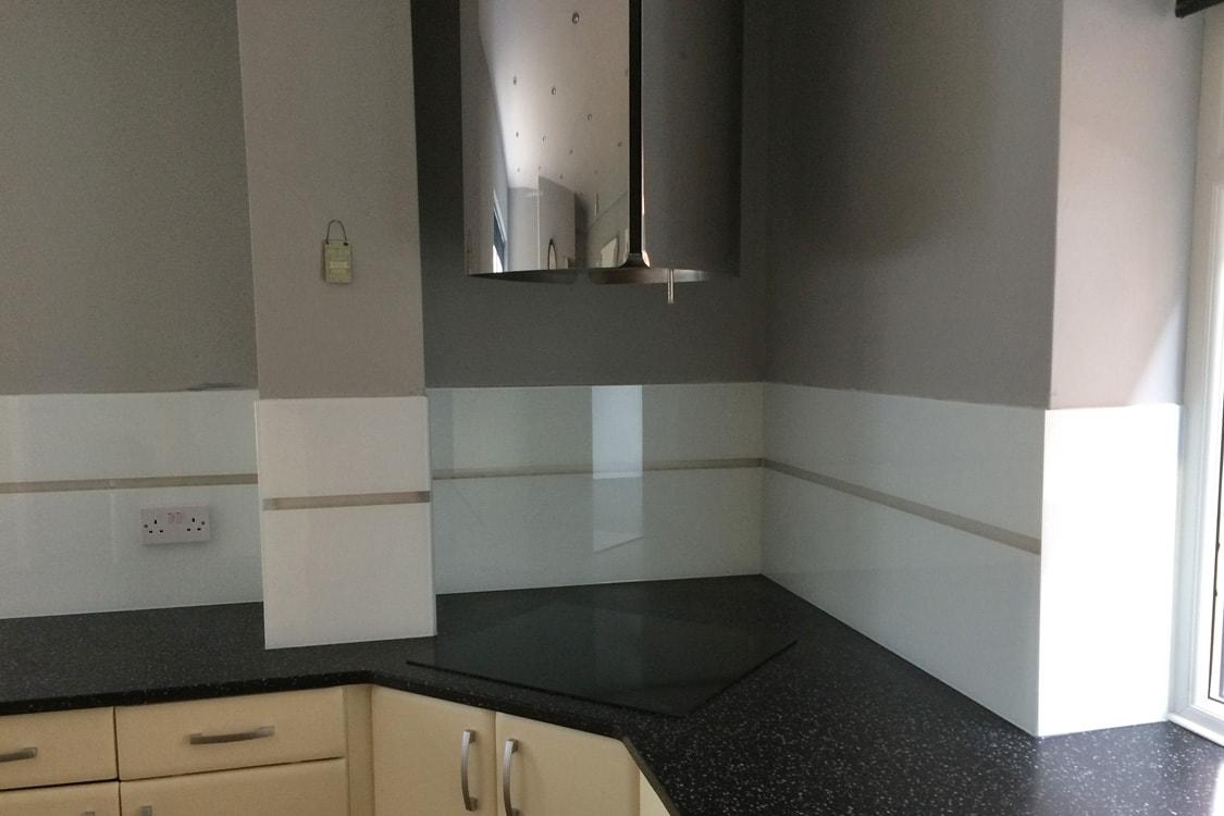 Kitchen Glass Splashback with Translucent Stripe