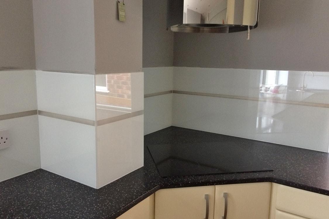 Modern Kitchen Extractor Above Glass Splashback in Polar White